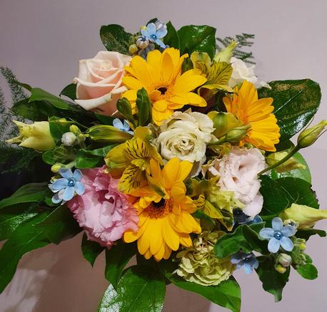 Mały bukiet z kwiatów mieszanych z akcentem niebieskim (1)