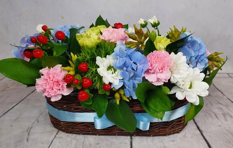 Średni kosz kwiatowy z akcentem niebieskim (1)