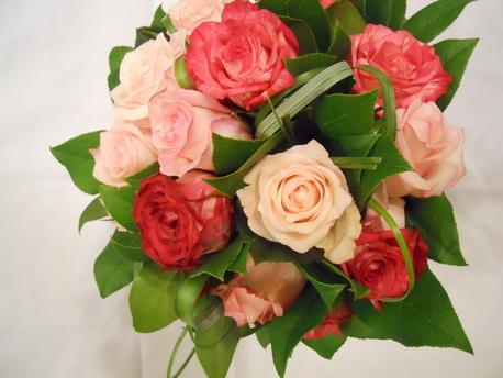Mały bukiet z dwóch kolorów krótkiej róży (1)