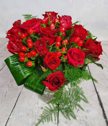 Średni bukiet z czerwonych krótkich róż z bogatym zielonym przybraniem (1)