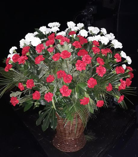 Specjalny kosz kwiatowy z goździkiem (1)