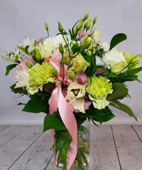 średni bukiet z różami w pastelowych kolorach z goździkami i eustomą (1)