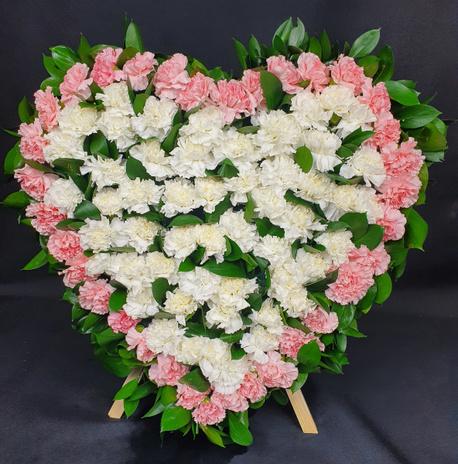 Duży wieniec w kształcie serca z goździków na małym stojaku (1)