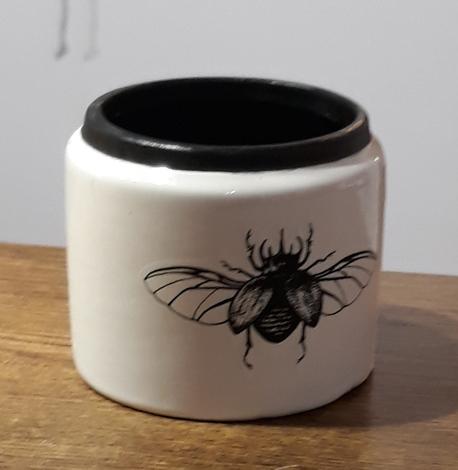 Osłonka / donica czarna z muchą mała ø9cm, wys.8cm (1)