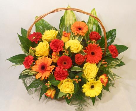Duży kosz kwiatowy w ciepłych kolorach (1)