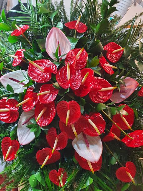 Duży wieniec z czerwonym i różowym anthurium (1)
