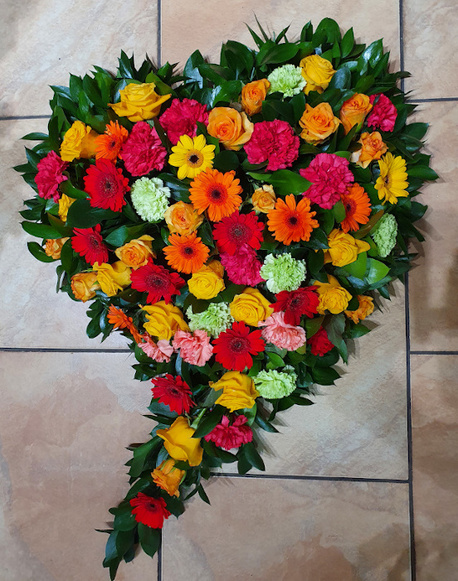 Duży wieniec w kształcie serca z kolorowych kwiatów (1)