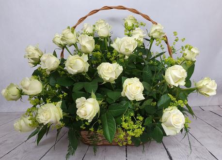 Duży kosz kwiatowy z białych róż (1)