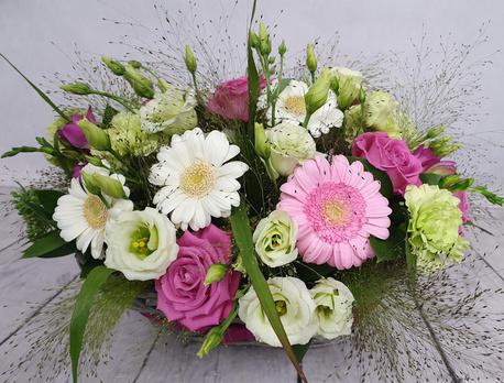 Średni kosz kwiatowy biało-różowy (1)