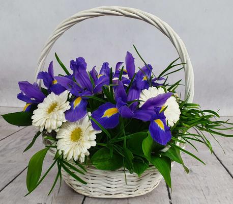 Mały kosz kwiatowy niebiesko-biały (1)